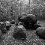 Die Steine am linken Bildrand stützten den aufgeschütteten Hügel ab.