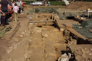 Aktuelle Ausgrabung eines Galeriegrabes.