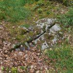 In diese Schlitze wurden Holzkeile geschlagen, um die Steine zu sprengen.