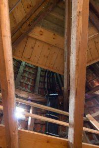 Kabelstränge führen zu den Mobilfunkantennen unter dem Dach.