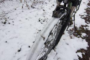 Eiskalte Luft und warmer Boden: der Schnee friert am Reifen fest.