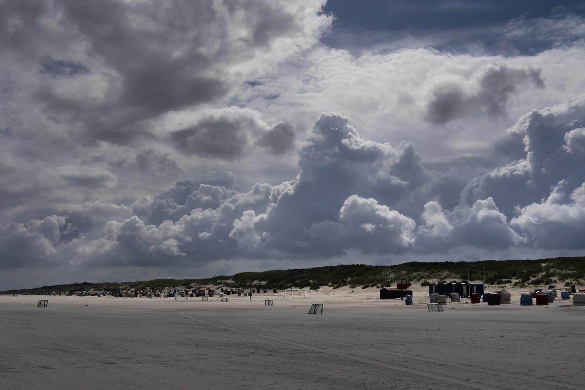 Dramatische Wolken an der Nordsee. Urlaubswetter.