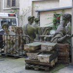 In einem Hinterhof lungerten diese Statuen herum.