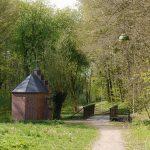 Man braucht nicht immer weit zu reisen, um interessante Orte zu finden. Zum Beispiel diese idyllische Brücke in einem Park.