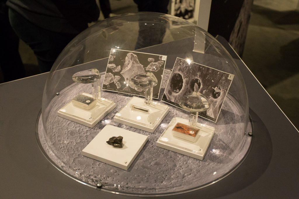 Mondstaub (hinten links) und andere All-Objekte.