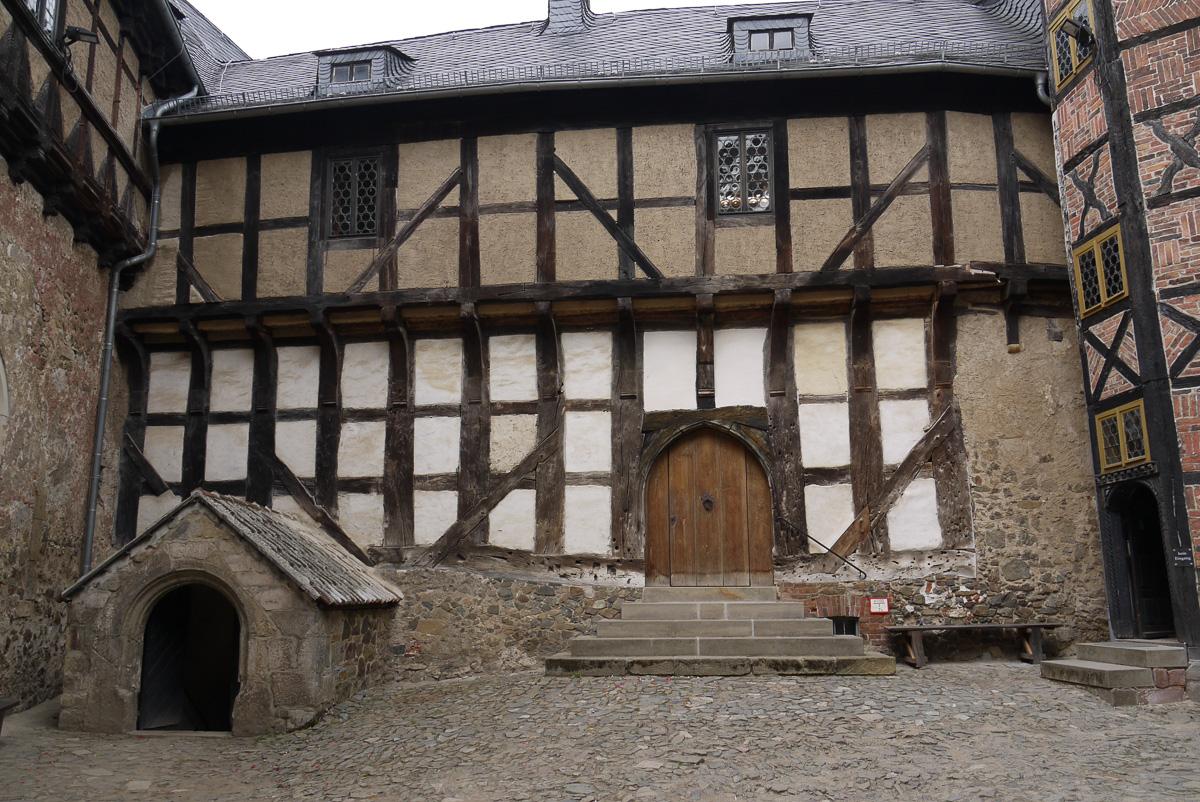 Die wuchtigen Balken zeigen, dass hier viel Holz zur Verfügung stand. Links der urige Eingang zum Keller.