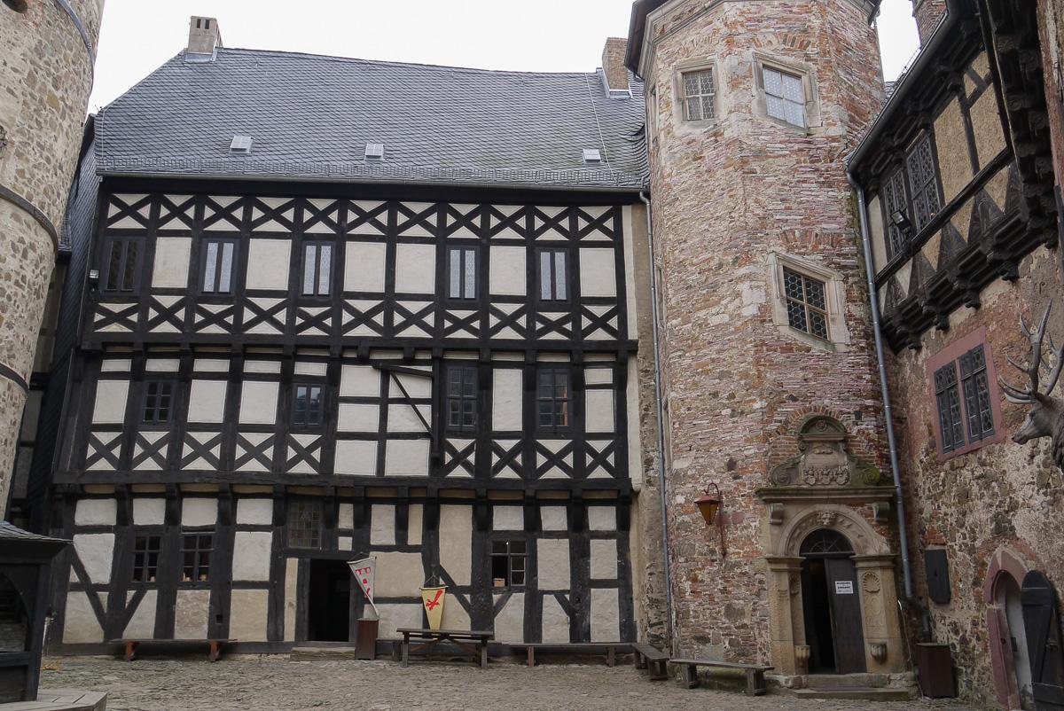 Erst seit den 1950er Jahren sieht der Südflügel so aus. Rechts der Treppenturm aus der Renaissance.