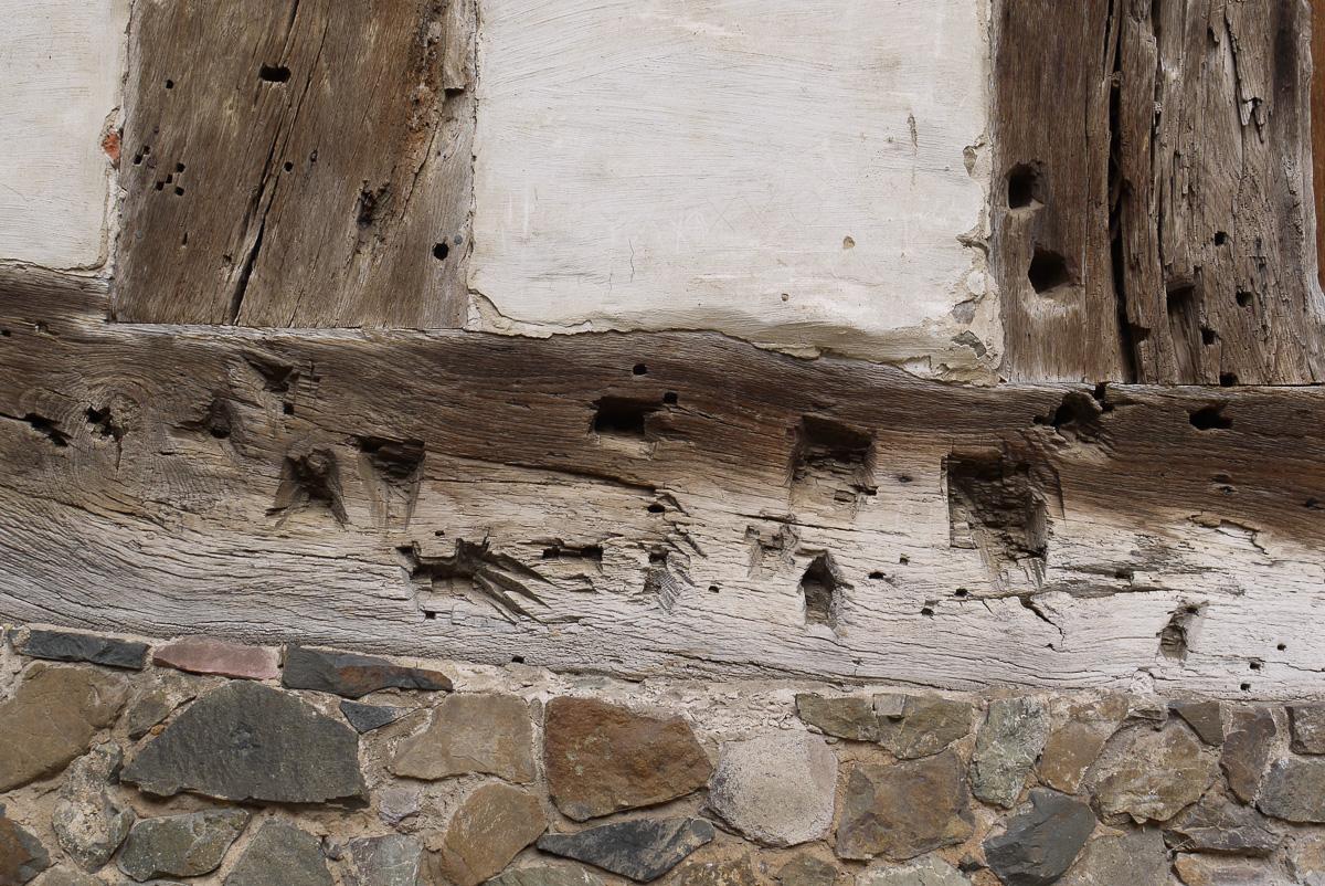 Die Balken zeigen Spuren von vielen Bearbeitungen. Möglicherweise gab es hier Anbauten.