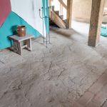 Der Boden der Haupthalle ist nur teilweise aus Stein. Der Rest ist aus gestampftem Lehm.