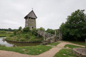 Die Motte: ein Turm auf dem Turmhügel. Mit Wassergraben und Holzbrücke, wie es sich für eine Burg gehört.