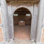Blick in die Kapelle. Boden und Wände des wichtigen Hauses sind aus Ziegel gebaut.
