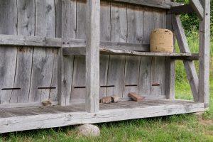 Das Bienenhaus hat deutlich mehr Bewohner als die Burg.