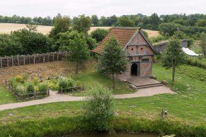 Die Kapelle der Burg mit Kräutergarten und Bienenhaus dahinter.