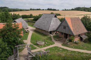 Blick vom Turm auf die Vorburg. In der Mitte die Haupthalle, rechts davon das Haus des Burgherrn. Links Stall und Schmiede.
