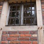 Eines der alten Fenster im Museum. So haben die Gitter auch wieder eine Funktion.