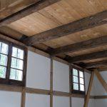 Noch ein Blick in den Innenraum. Die Fenster und Deckenbalken sind offenbar noch original.